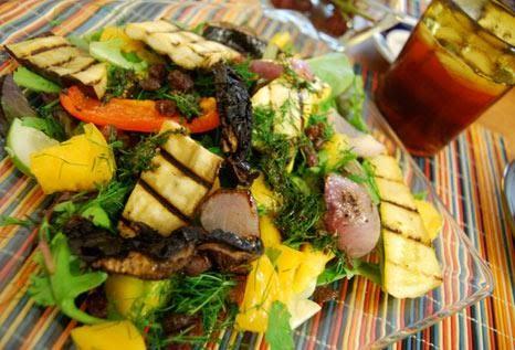 Σαλάτα με ψητά λαχανικά, μυρωδικά, ψημένο χαλούμι και μέλι