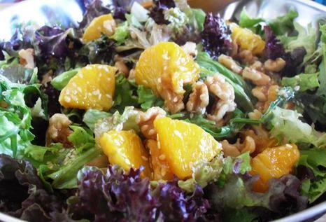 Πράσινη σαλάτα με πορτοκάλι και μέλι