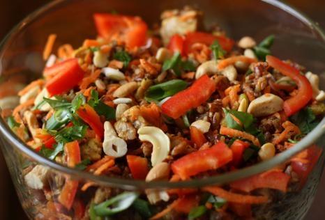 Σαλάτα από καστανό ρύζι με τόνο, ξηρούς καρπούς και μέλι