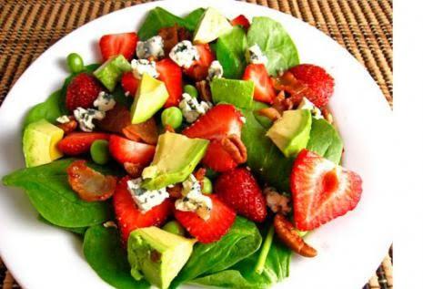 Σαλάτα με αβοκάντο, σπανάκι, φράουλες και μέλι